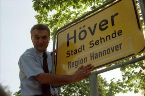 """ARH BA 2828, LR Arndt stellt den Schriftzug """"Region Hannover"""" auf Ortsschildern vor, 2001"""