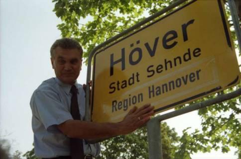 """ARH BA 2829, LR Arndt stellt den Schriftzug """"Region Hannover"""" auf Ortsschildern vor, 2001"""