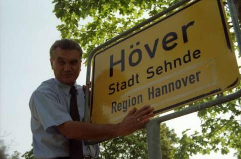 """ARH BA 2830, LR Arndt stellt den Schriftzug """"Region Hannover"""" auf Ortsschildern vor, 2001"""