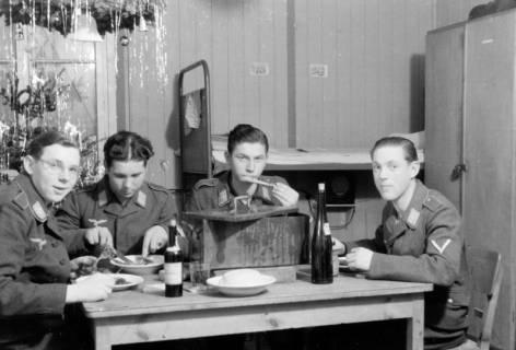 ARH NL Dierssen 0101/0002, Weihnachten in der Unterkunft, um 1944