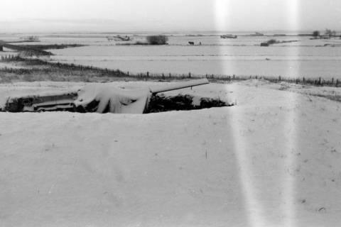 ARH NL Dierssen 0101/0009, Flakstellung, im Hintergrund Flugzeuge, um 1944
