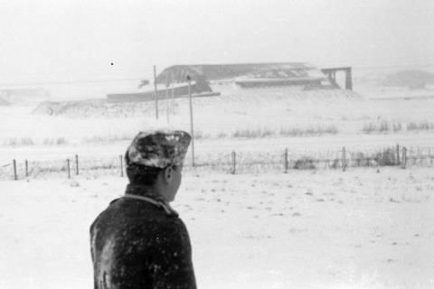 ARH NL Dierssen 0101/0022, Unbekannter Kamerad von Dierssen vor Flughafen Aalborg/Flughafen Karup?, um 1944