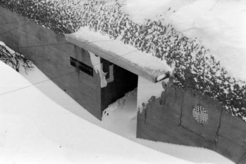 ARH NL Dierssen 0102/0014, Eingeschneiter Eingang zum Flakbunker, um 1945