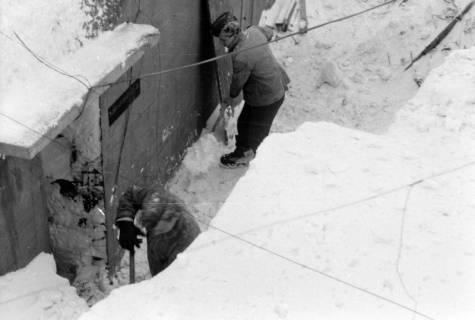 ARH NL Dierssen 0102/0015, Schneeschaufeln am Flakbunker, um 1945