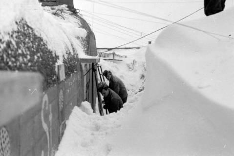 ARH NL Dierssen 0102/0016, Schneeschaufeln am Flakbunker, um 1945
