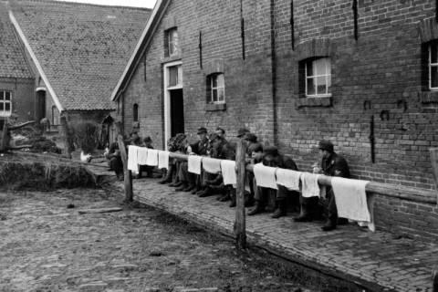 ARH NL Dierssen 0102/0021, Soldaten vor einem Bauernhof in der Nähe von Groningen, um 1945
