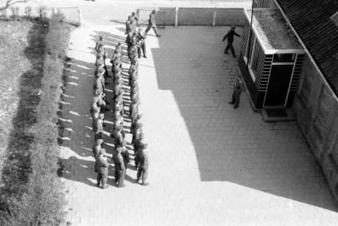 ARH NL Dierssen 0103/0001, Antreten von Soldaten auf einem Innenhof, um 1945