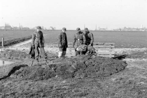 ARH NL Dierssen 0103/0003, Soldaten beim Bau einer Stellung?, um 1945