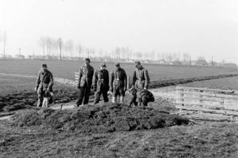 ARH NL Dierssen 0103/0004, Soldaten beim Bau einer Stellung?, um 1945