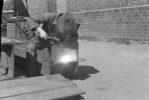 ARH NL Dierssen 0103/0011, Schlossermeister Wedekind beim schweißen, 1946