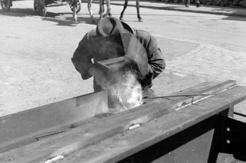 ARH NL Dierssen 0103/0012, Schlossermeister Wedekind beim schweißen, 1946