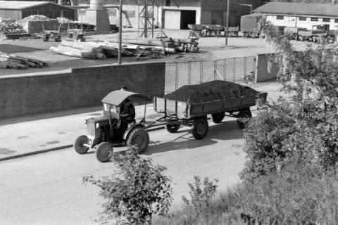 """ARH NL Dierssen 0103/0016, Zugmaschine und mit Kohle beladener Anhänger mit """"Agito-Patent-Rad"""", 1946"""