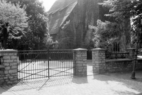 ARH NL Dierssen 0103/0031, Eingangstor zum Kirchplatz, zwischen 1946/1947