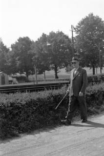 ARH NL Dierssen 0104/0003, Vater von Dierssen beim Spaziergang, zwischen 1946/1947