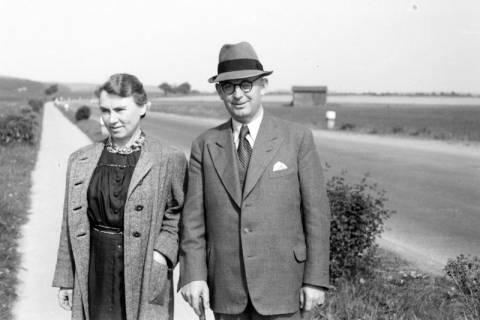 ARH NL Dierssen 0104/0005, Eltern von Dierssen an der Völksener Chaussee, zwischen 1946/1947