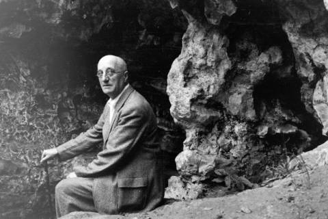 ARH NL Dierssen 0105/0009, Bruno Findorff vor den Felshöhlen im Saupark, zwischen 1946/1947