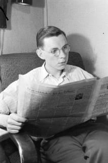 ARH NL Dierssen 0108/0011, Gerhard Dierssen mit Zeitung im Zimmer, um 1947