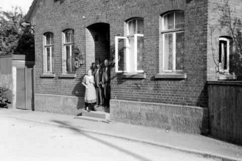 ARH NL Dierssen 0108/0016, Ehepaar Schmull mit Vater von Dierssen, 1947