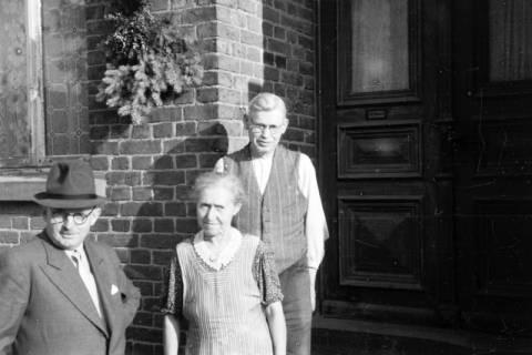 ARH NL Dierssen 0108/0017, Ehepaar Schmull mit Vater von Dierssen, 1947
