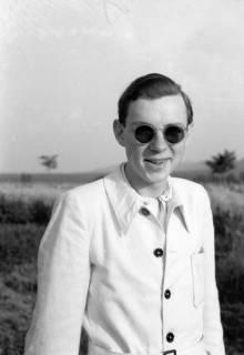 ARH NL Dierssen 0109/0001, Gerhard Dierssen in weißer Jacke und Sonnenbrille, 1947