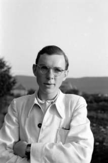 ARH NL Dierssen 0109/0004, Gerhard Dierssen in weißer Jacke, 1947