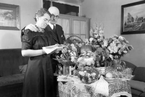 ARH NL Dierssen 0110/0003, Eltern von Dierssen und Geschenktisch zur Silberhochzeit, 1947