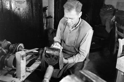 ARH NL Dierssen 0110/0018, Sandaletten - Fabrikation in der Friedrichstraße, 1947