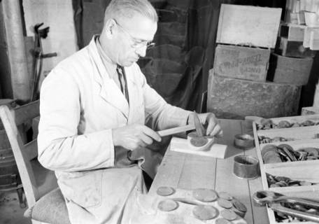 ARH NL Dierssen 0110/0019, Sandaletten - Fabrikation in der Friedrichstraße, 1947