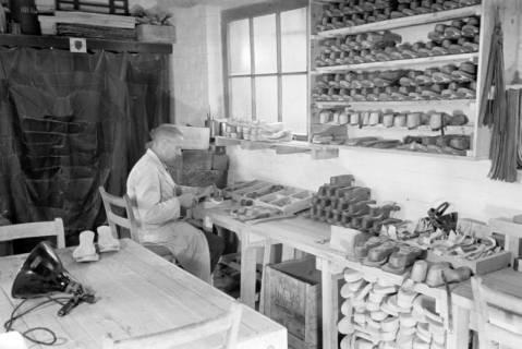 ARH NL Dierssen 0110/0020, Sandaletten - Fabrikation in der Friedrichstraße, 1947