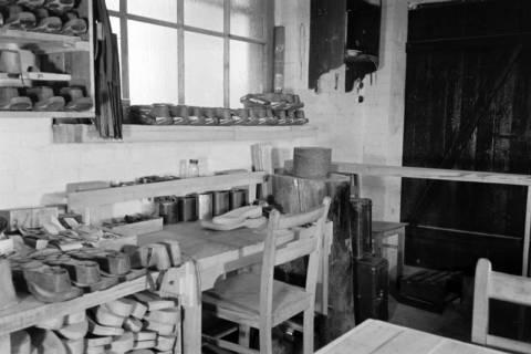 ARH NL Dierssen 0110/0021, Sandaletten - Fabrikation in der Friedrichstraße, 1947