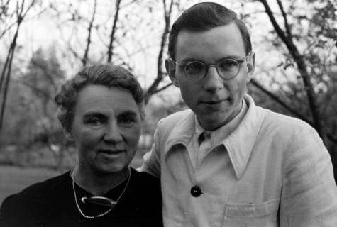 ARH NL Dierssen 0116/0004, Gerhard Dierssen und seine Mutter bei Familie Schmull, 1948