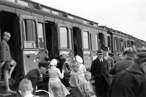 ARH NL Dierssen 0126/0027, Flüchtlingszug via Schleswig-Holstein kommend, 1948
