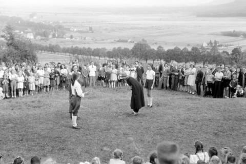 ARH NL Dierssen 0129/0006, Herbstfest der Mittelschule an der Deisterpforte, 1948