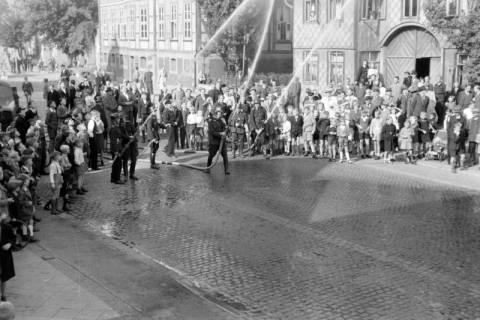 ARH NL Dierssen 0129/0019, Vorführung der Feuerwehr, 1948