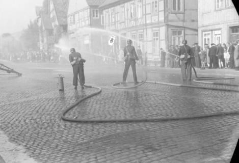 ARH NL Dierssen 0129/0021, Vorführung der Feuerwehr, Springe, 1948