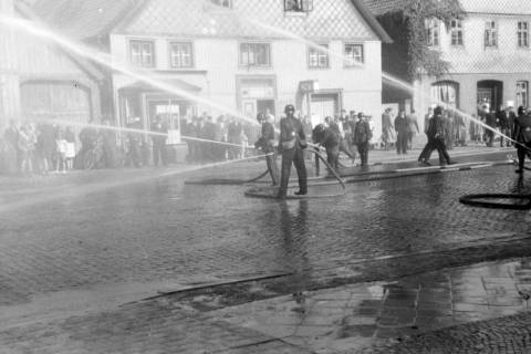ARH NL Dierssen 0129/0023, Vorführung der Feuerwehr, Springe, 1948