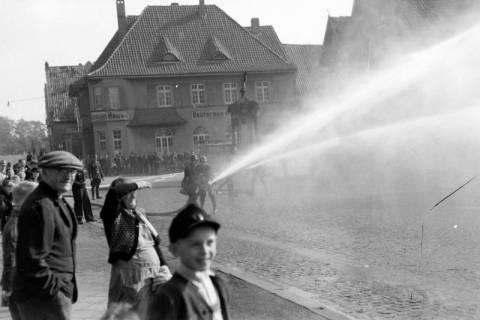 ARH NL Dierssen 0129/0024, Vorführung der Feuerwehr, Springe, 1948
