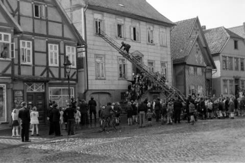 ARH NL Dierssen 0129/0025, Vorführung der Feuerwehr, Springe, 1948