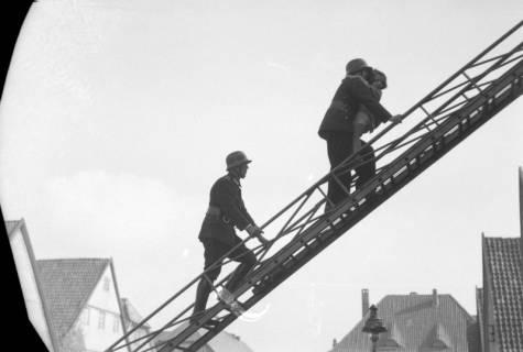 ARH NL Dierssen 0130/0001, Vorführung der Feuerwehr, Springe, 1948