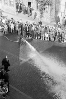 ARH NL Dierssen 0130/0002, Vorführung der Feuerwehr, Springe, 1948