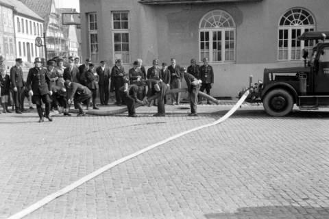 ARH NL Dierssen 0130/0009, Vorführung der Feuerwehr, Springe, 1948
