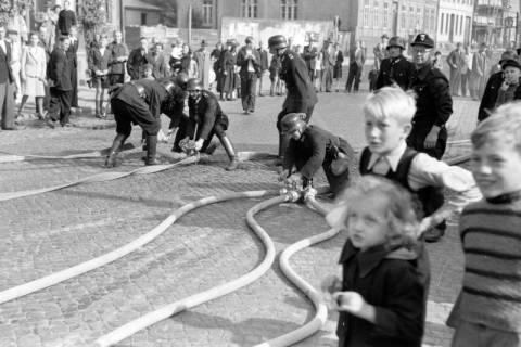 ARH NL Dierssen 0130/0010, Vorführung der Feuerwehr, Springe, 1948