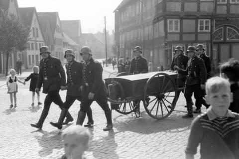 ARH NL Dierssen 0130/0013, Vorführung der Feuerwehr, Springe, 1948