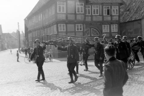 ARH NL Dierssen 0130/0014, Vorführung der Feuerwehr, Springe, 1948