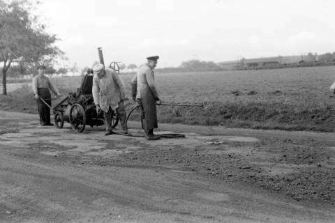 ARH NL Dierssen 0131/0017, Ausbesserung einer Chaussee, 1948