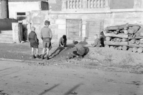 ARH NL Dierssen 0135/0022, Kinder vor dem Kurhaus, Bad Münder, ohne Datum