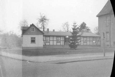 ARH NL Dierssen 0136/0004, Weihnachtsbaum vor dem Rathaus, Springe, 1948