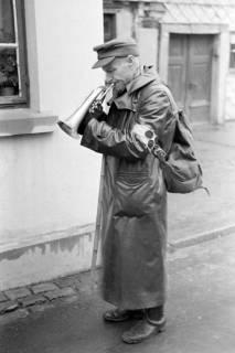 ARH NL Dierssen 0137/0011, Blinder Strassenmusikant, Springe, 1948