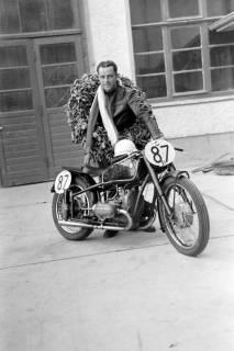 ARH NL Dierssen 0149/0003, Rennfahrer Mensenkamp, Springe, um 1949