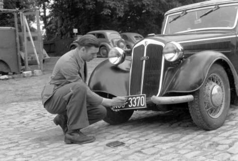 ARH NL Dierssen 0149/0018, Unbekannte Person bringt ein Kennzeichen an, Springe, um 1949